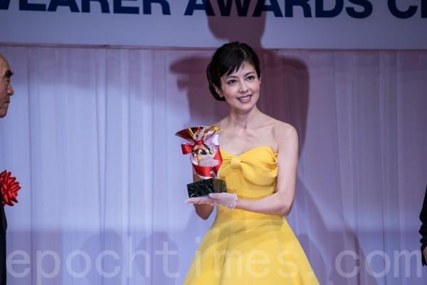 獲得「最佳寶飾佩戴獎」的五十幾歲年齡代的女演員澤口靖子。(盧勇/大紀元)