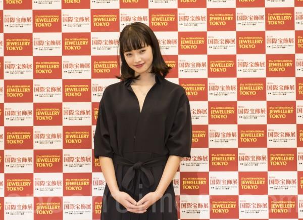 獲得「最佳寶飾佩戴獎」的十幾歲年齡代的女演員小松菜奈。(盧勇/大紀元)