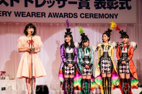 獲得「最佳寶飾佩戴獎」的女性特別賞是五人女性成員組成的偶像組合「桃色幸運草Z」(日語:ももいろクローバーZ)(盧勇/大紀元)