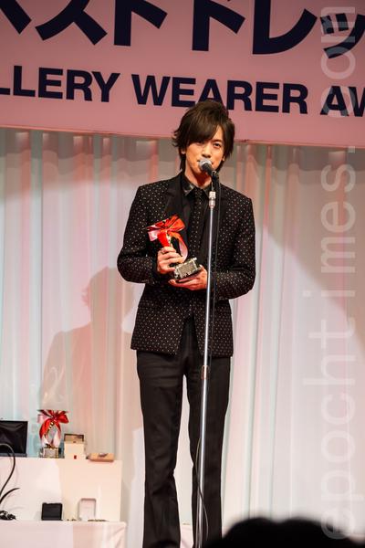 獲得「最佳寶飾佩戴獎」的男性獲獎者是歌手DAIGO。(盧勇/大紀元)