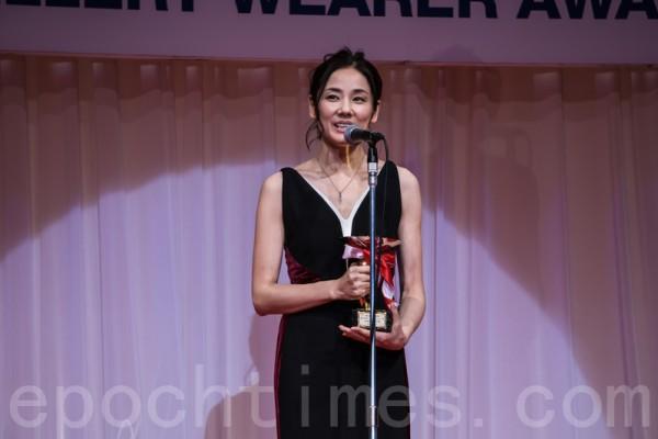 獲得「最佳寶飾佩戴獎」的四十幾歲年齡代的女演員吉田羊。(盧勇/大紀元)