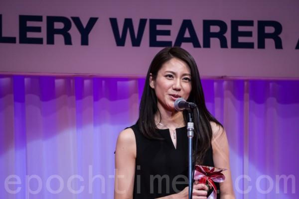 獲得「最佳寶飾佩戴獎」的三十幾歲年齡代的女演員松下奈緒。(盧勇/大紀元)