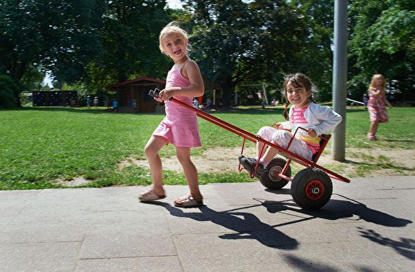 他们教孩子和人交往。(Thomas Lohnes/Getty Images)
