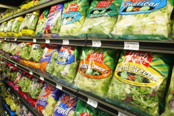 超市架上出售的预制沙拉蔬菜。(Justin Sullivan/Getty Images)