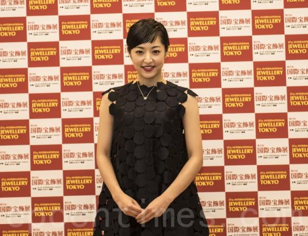 獲得「最佳寶飾佩戴獎」的二十幾歲年齡代的女演員井上真央。(盧勇/大紀元)