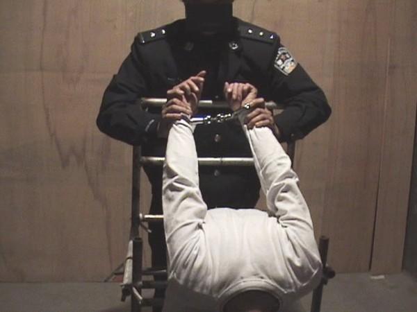 酷刑示意圖:老虎凳鐵椅子(明慧網)