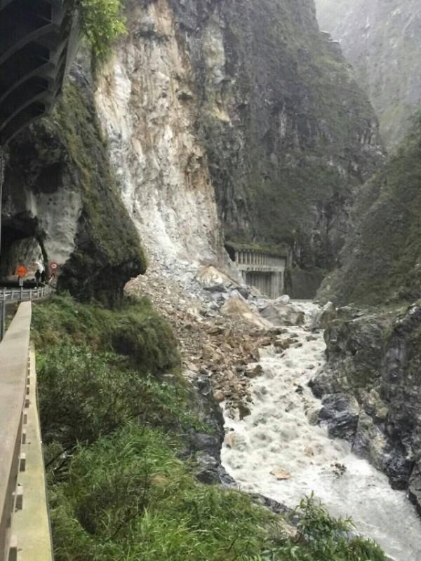 中横公路锥麓隧道口土石崩塌道路中断。(洛韶工务段提供)