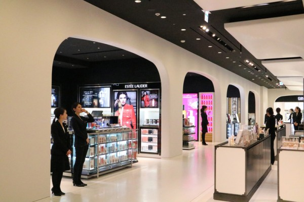 1月27日機場型免稅店在三越銀座百貨開張,方便來日遊客購物。(三越百貨提供)