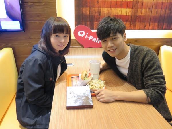為回饋粉絲的熱愛,蔡旻佑(右)與被選中的幸運粉絲進行一日浪漫約會。(一起娛樂提供)
