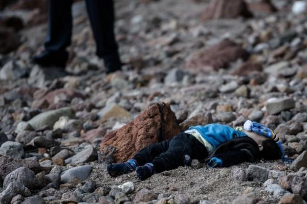 2016年1月30日一艘搭载逾百名难民的船在爱琴海遇海难,一名幼童尸体被冲上岩岸。(OZAN KOSE/AFP/Getty Images)