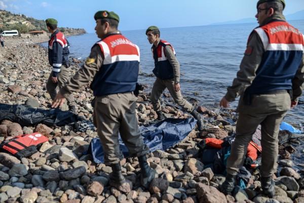 移民船沉爱琴海 33死75获救