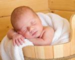 可穿戴設備對於嬰兒來說,有多少好處?新手父母是否可以完全依賴他們來判斷嬰兒是否安全、健康?專家有不同說法。(Fotolia)