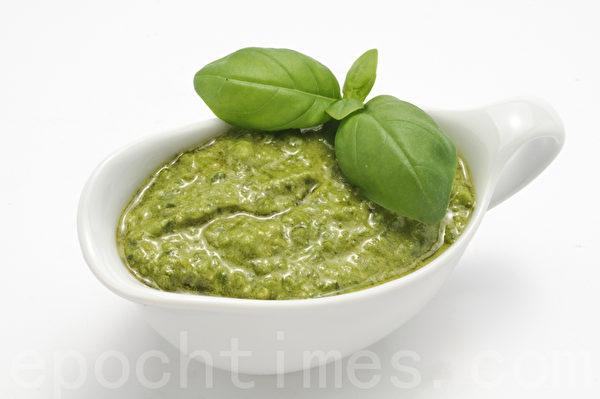 以蒜泥、九层塔和松仁为主料,拌入橄榄油和奶酪制成的意大利香蒜酱。(Fotolia )