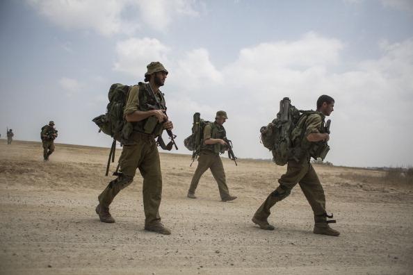 極端恐怖組織「伊斯蘭國」(IS)將對打擊游擊隊和恐怖份子有經驗的以色列視為最可怕的對手。圖為2014年7月22日,在以色列加沙邊界進行邊界保護戰的以色列士兵。(Yefimovich/Getty Images)