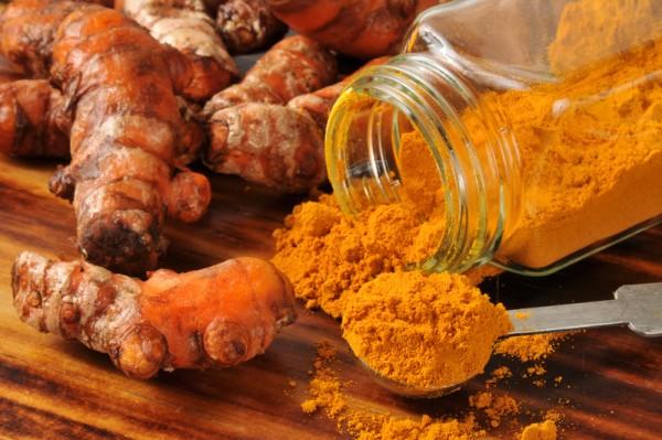 薑黃(Curcuma)又稱為鬱金,外形上類似生薑,其根狀莖富含薑黃素等成分。右為薑黃粉。(Fotolia)