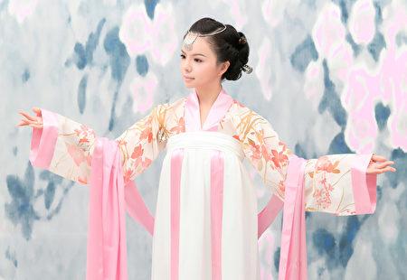 古代人們認為,惟有品德賢淑的女子,才能齊家、教育出好子女。圖為加拿大「世界小姐」華裔女孩Anastasia Lin的漢服風采。(圖片由Anastasia Lin提供)