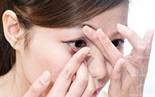 戴取隱形眼鏡 拉扯眼皮恐成大小眼