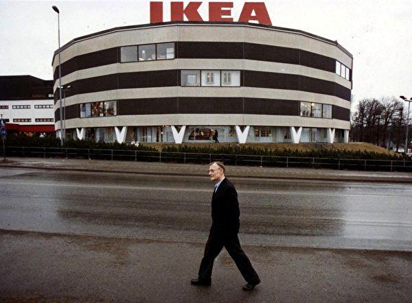 宜家家居(IKEA)创始人英瓦尔‧坎普拉德(Ingvar Kamprad),在睽违42年后,今年首次向瑞典缴付所得税1770万瑞典克朗。图为1989年2月14日,坎普拉德摄于斯德哥尔摩第一家IKEA商场前。(LARS NYBERG/SCANPIX SWEDEN/AFP)