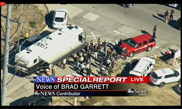 2015年12月2日,美国加州圣贝纳迪诺市发生枪击案,造成至少14人死亡,17人受伤。图为警方封锁案发现场附近进行调查。(KABC TV/AFP)