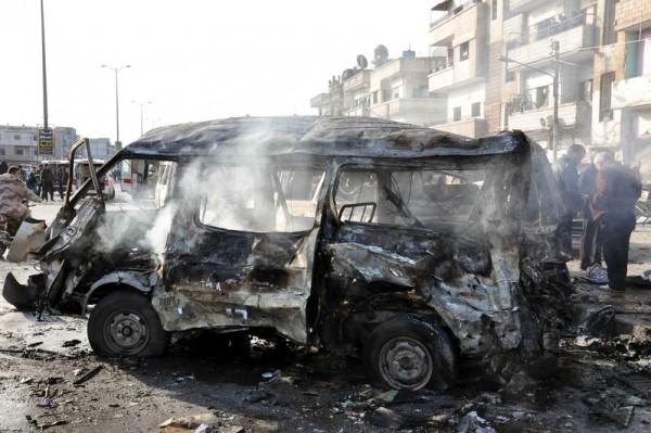2016年1月26日,由官方的阿拉伯叙利亚通讯社(SANA)发布的图片,霍姆斯省一处军方检查哨当天遭到车辆连环自杀炸弹攻击,至少造成22人丧生和上百人受伤。(SANA/AFP)