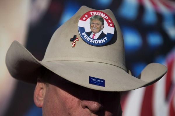 2016年1月28日,爱荷华州得梅因,美国爱荷华州2月1日晚预计有25万选民将参与民主、共和两党总统初选投票,拉开为期6个月的初选序幕。共和党方面,川普以28%支持率领先其他11人,图为一名川普的支持者戴着宣传帽。(JIM WATSON/AFP)
