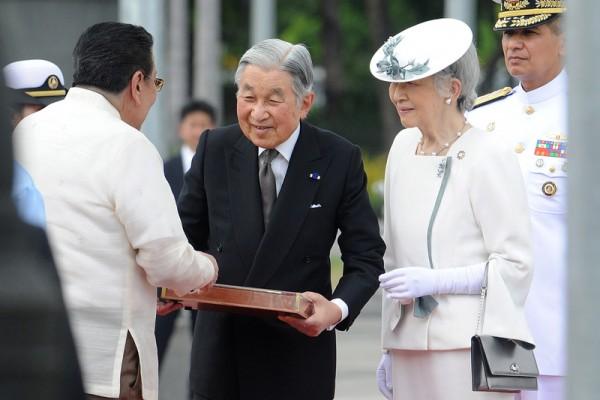 2016年1月27日,菲律宾马尼拉,马尼拉市市长约瑟夫·埃斯特拉达(左)迎接日本明仁天皇(中)和皇后美智子(右二)。天皇和皇后在菲律宾进行为期五天的访问,两人将造访马尼拉郊外设置的慰灵碑,悼念在第二次世界大战中于菲律宾死亡的日本军民以及菲律宾平民。(Jay DIRECTO/AFP)