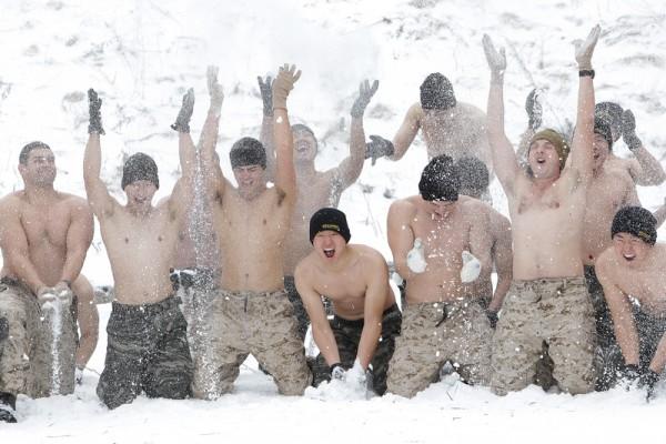 2016年1月28日,韩国平昌郡,韩国和美国海军陆战队进行了一年一度的冬季军事训练。图为美国与韩国海军陆战队参加在摄氏零下20度的耐力运动,以对抗可能来自朝鲜的任何攻击。(Chung Sung-Jun/Getty Images)