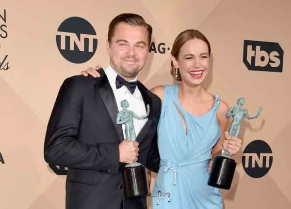 2016年1月30日,加州洛杉矶,莱昂纳多.迪卡普里奥和布丽.拉尔森(右)分别凭借《还魂者》和《房间》获演员工会奖电影类最佳男女演员奖。演员工会奖一向被视为奥斯卡风向球之一。(Jason Merritt/Getty Images for Turner)