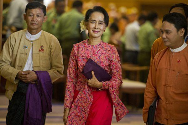 2016年2月1日,昂山素季带领全国民主联盟(民盟)党议员进入缅甸议会大厅,进行缅甸新一届联邦议会选举。这是军政府统治了半个世纪后,缅甸迎来的第一个民主选举议会。(YE AUNG THU/AFP/Getty Images)