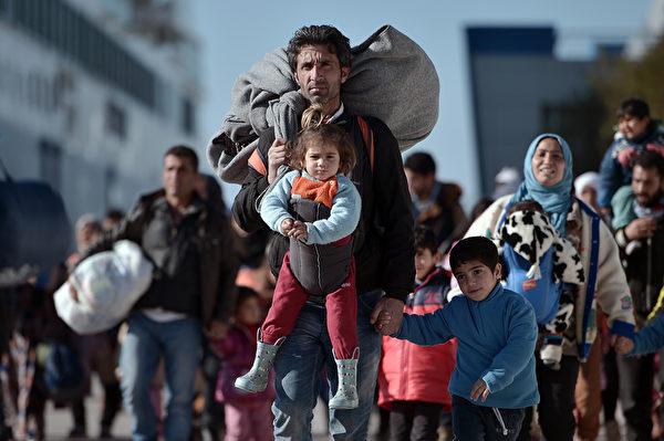 2016年2月1日,成千上万的移民和难民从希腊莱斯沃斯岛和希俄斯岛抵达比雷埃夫斯港口。本月平均每天都有超过1,900人从土耳其以渡海抵达希腊岛屿,根据联合国统计,一月新移民已超过50,000。超过31,000人已在莱斯沃斯登记。(LOUISA GOULIAMAKI/AFP)