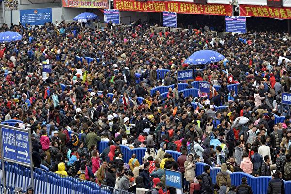 2016年2月2日,中国广东省,数以万计的旅客在中国新年滞留在广州车站,当地的冰雪天气打乱了这个世界上最大的年度人类迁移。图为在广州火车站外数量巨大的旅客排队队伍。(AFP)