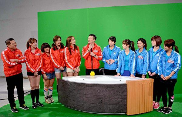 台灣女主播們(右)與李沛旭(左)帶領的名模們日前錄製除夕大對抗單元。(華視提供)