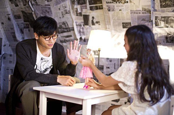 蔡旻佑拿芭比娃娃当麦克风访问Rain,此招果然奏效,让Rain开心得又说又笑。(一起娱乐提供)