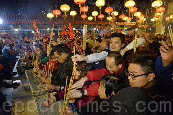 """新年到来,踏入丙申猴年大年初一子时,大批民众蜂涌到黄大仙祠上""""头炷香"""",望猴年否极泰来,事事顺境。(宋祥龙/大纪元)"""
