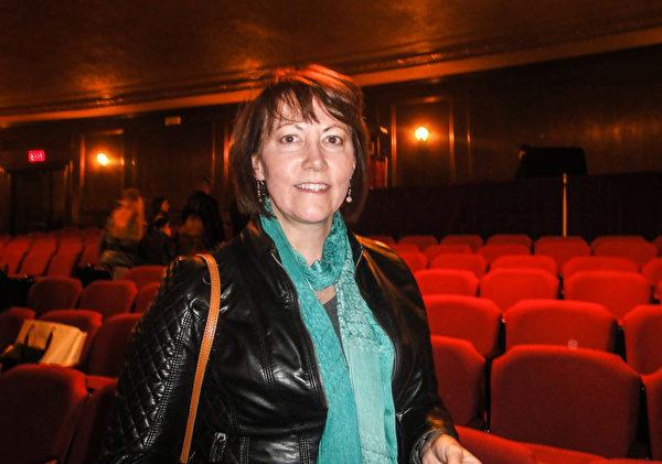"""Koronowski表示,自己看了神韵的演出后,""""内心充满了神圣感"""",她说她想了解法轮大法。(摄影/滕冬育)"""