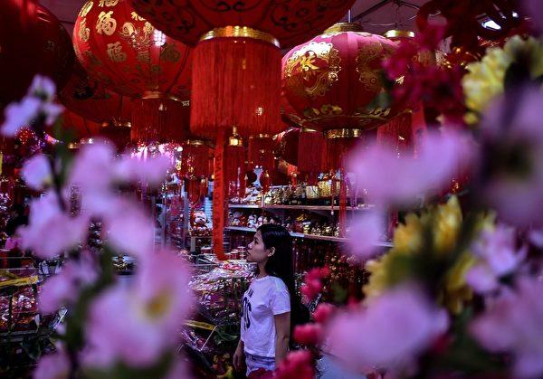 2016年2月5日,马来西亚吉隆坡,热闹的唐人街上,一家商店装饰了中国年味的花灯饰品。(MANAN VATSYAYANA/AFP)