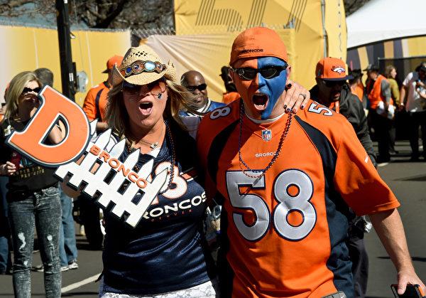 2016年2月7日,第50届美式橄榄球联盟(NFL)超级杯决赛(Super Bowl)将在美国旧金山李维斯球场打响。比赛双方是国联冠军卡罗莱纳黑豹队与美联冠军丹佛野马队。图为丹佛野马队的球迷来到球场以相关的加油品和服装表达支持。(Timothy A. CLARY/ AFP)