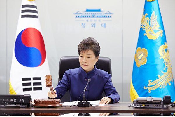 2016年2月7日,朝鲜宣告发射火箭后,韩国总统朴槿惠在首尔总统府青瓦台主持国家安全委员会紧急会议,说朝鲜将发射长程导弹和进行核测试是对朝鲜半岛和世界和平的威胁,永远不应该被容忍。(YONHAP/AFP)