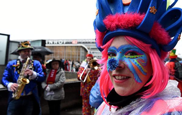 """2016年2月4日,德国科隆,""""科隆狂欢节""""在紧张气氛中开幕,将持续6天。为反恐和防止再发生大性侵案,德国当局从全国调集2500名员警加强戒备。图为庆祝活动开始于喧闹的街头派对,这天妇女可以恶作剧的剪掉男性的领带。(PATRIK STOLLARZ/AFP/Getty Images)"""
