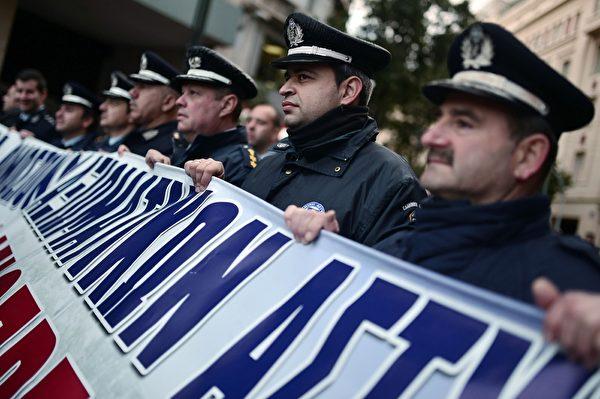 2016年2月5日,希腊警方人员包括警察、消防队员和海岸警卫队工会在雅典抗议集会期间往希腊议会游行。此游行的目的为抗议总理齐普拉斯新养老金制度的计划。(LOUISA GOULIAMAKI/AFP/Getty Images)