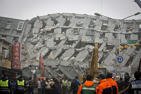 2016年2月6日,台湾台南,里氏6.4级地震重创南台湾,在地震中倒塌的台南维冠金龙住宅大楼中仍有超过100人被困。图为救援人员在倒塌的楼房中搜寻幸存者。(Ashley Pon/Getty Images)