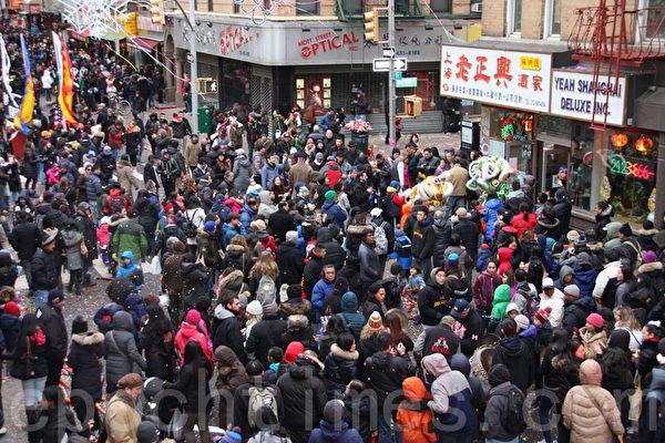 大年初一,多隊醒獅在華埠勿街沿街大賀歲,熱鬧非凡,吸引中外民眾駐足圍觀。(蔡溶/大紀元)