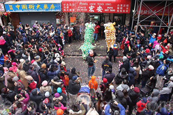 華埠老字號的宏安豆腐店,每年初一開門大吉,都有舞獅表演,煞是熱鬧。(蔡溶/大紀元)