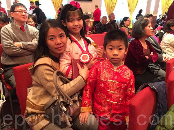 葉女士帶著兩個身穿鮮豔傳統服裝的孩子,前去參加華商會組織的慶祝中國新年的活動,讓孩子感受過年的氣氛。(林丹/大紀元)