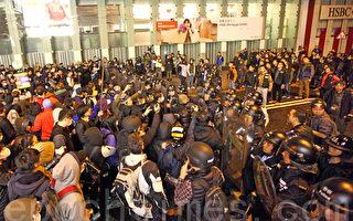年初一香港旺角发生警民冲突 警察两度鸣枪