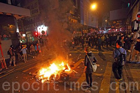 初二(9日)凌晨,旺角爆发大规模警民冲突,持续至日间,有示威者在街道上点起火堆。(潘在殊/大纪元)