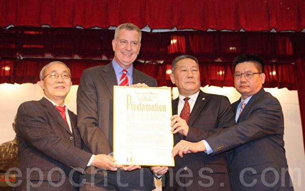 白思豪(左二)也回贈賀匾予中華公所,宣布2月8日為紐約市「中國黃曆新年日」。(蔡溶/大紀元)
