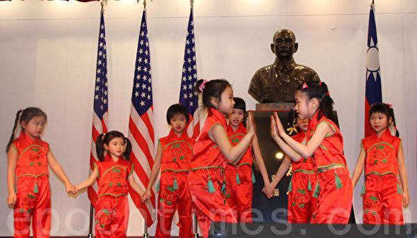 華僑學校舞蹈班的學生表演節目,慶祝新年。(蔡溶/大紀元)