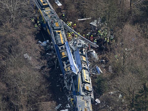 2016年2月9日上午,德国巴伐利亚州巴德艾比林附近发生两列火车相撞的意外,至少造成9人死亡、150人受伤,其中10人伤势严重。(Peter Kneffel/AFP)