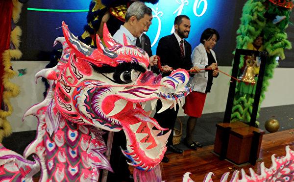 2016年2月9日,菲律宾马尼拉证券交易所开盘时,官员敲响钟声,象征黄历新年后开始交易的第一天。(Jay DIRECTO/AFP)